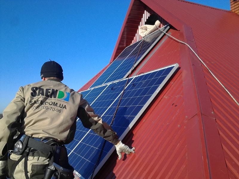 Обслуживание и установка солнечных батарей на крыше частного дома